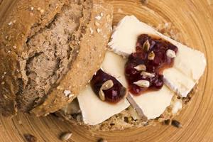 Brot serviert mit Camembert und Cranberry foto