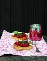 Rote-Bete-Vorspeise mit Knoblauch und Olivenöl auf Roggenbrot foto