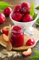 Marmelade aus Pflaumen und Slty auf dem Tisch. foto
