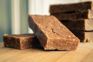 Energieriegel aus Honigmüsli und Erdnussbutter foto