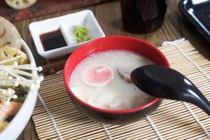 Chawanmushi traditionelle japanische Suppe und Tempura foto