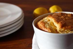 Soufflé mit Käse zum Mittagessen serviert foto