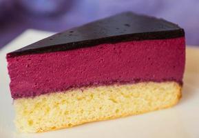 Souffle Cake mit schwarzer Johannisbeere foto