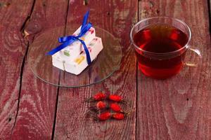 Tee und Fruchtsüßigkeiten auf einem Tisch foto