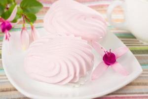 rosa Marshmallows auf einem Teller foto