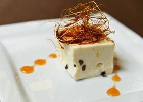 Dessert mit Karamellfäden verziert