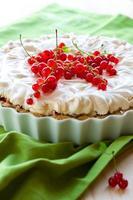 Baiser-Torte mit roten Johannisbeeren foto