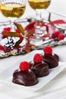 Schokoladenkuchen, Dessert, Süßigkeiten mit Himbeeren und Wein dekoriert foto