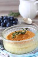 köstlicher Zitronenpuddingkuchen in Auflaufförmchen serviert