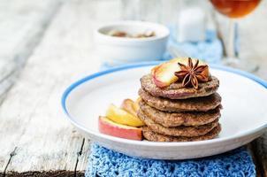 Leberpfannkuchen mit karamellisierten Zwiebeln und Äpfeln foto