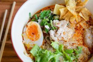 Tomyum-Nudeln mit Schweinefleisch und Ei