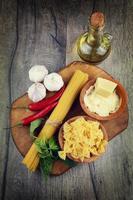 rohe Spagetti und Farfalle Pasta auf dem Tisch foto