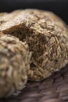 dunkles Brot in Scheiben geschnitten foto
