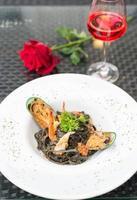 schwarze Spaghetti mit Meeresfrüchten foto