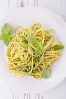 Spaghetti und Pesto-Sauce foto