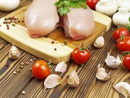 Hühnerbrust mit Gemüse und Spaghetti foto