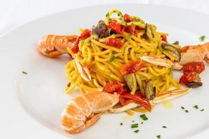 Spaghetti-Nudeln mit Riesengarnelen foto