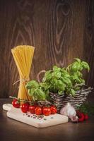 Rohprodukte auf italienischen Spaghetti foto