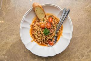 Spaghetti-Tomatensauce mit Speck und getrocknetem Chili foto