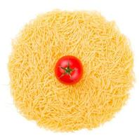 rohe Nudeln mit Tomaten isoliert auf weiß foto