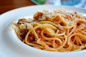 großer Teller mit Pasta Spaghetti Bolognese foto
