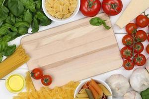 Zutaten für eine Spaghetti-Nudel-Mahlzeit auf Schneidebrett foto