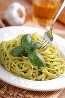 Spaghetti mit Pesto-Sauce foto