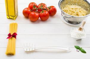 Spaghetti und Zutaten auf dem Tisch foto