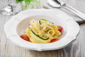 Nudeln mit Zucchinitomaten und Parmesan foto