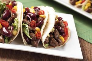 Taco mit Rindfleisch und Gemüse foto
