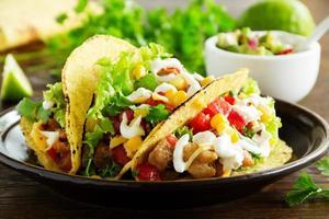 Tacos mit Schweinefleisch und Tomatensalsa. foto