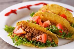 drei Taco-Muscheln auf dem Teller foto