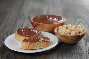 Baguette mit Schokoladenaufstrich mit Nüssen foto