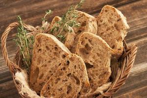leckeres Baguette im Weidenkorb
