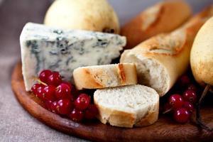 Baguette mit Blauschimmelkäse und Früchten foto