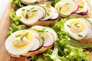 Brot mit Ei, Radieschen und Gurke foto