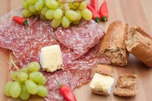 rustikales Käse-Brot-Abendessen mit Trauben foto
