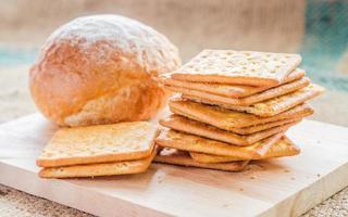 frisches Brot und Weizen auf den hölzernen Hintergründen. foto
