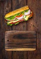 Sandwich mit Salami, Käse und Gemüse foto