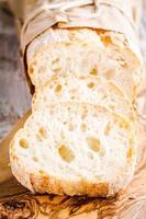 französisches Baguette in Scheiben geschnitten foto