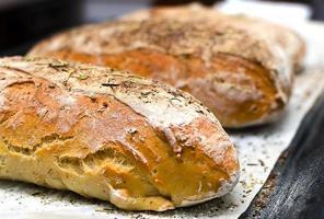 hausgemachtes Brot mit Kräutern foto
