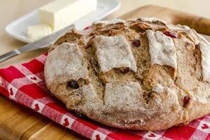 frisch gebackenes Cranberry-Walnuss-Brot foto