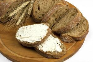 frisches Brot und Roggen auf dem Holzbrett