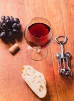 Rotwein vor hölzernem Hintergrund foto