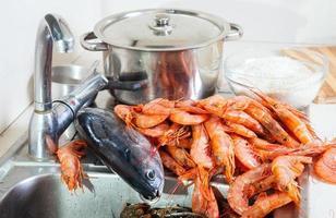 frische rohe Garnelen und Fisch foto