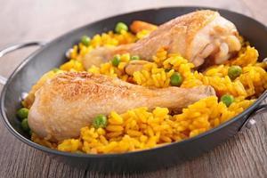 Reis-, Erbsen- und Hähnchenschenkel foto