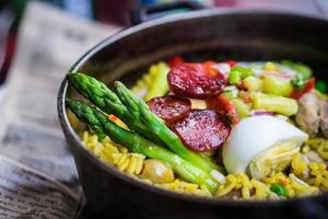 Hühnchen-Paella mit Gemüse foto