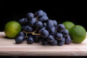 Limetten und schwarze Trauben