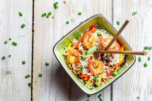 Gemüse mit Reis und Garnelen mischen