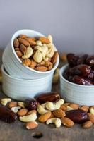 Auswahl an gesunden Nüssen in einer Schüssel foto